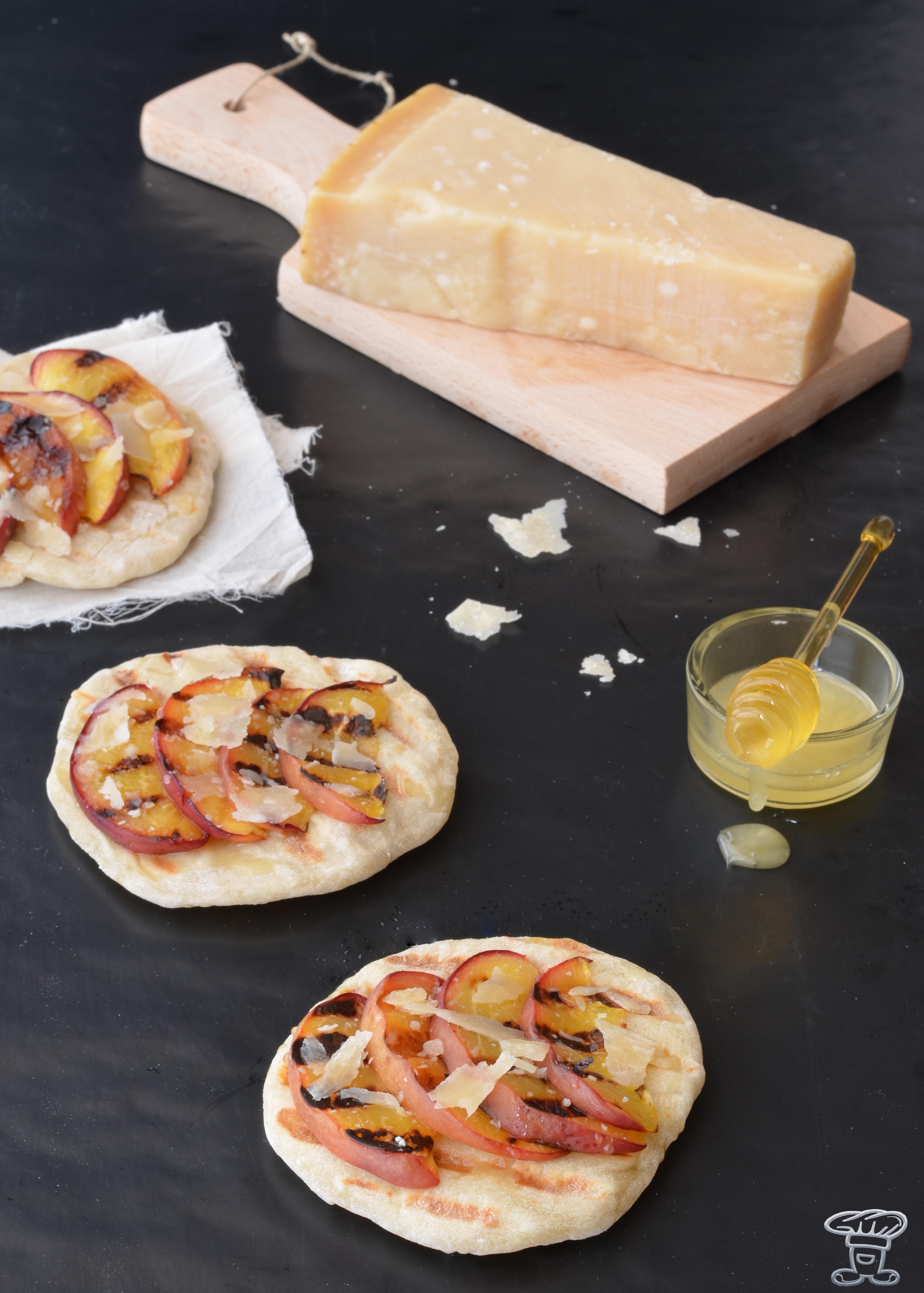 DSC_016665 Tartine di Pesche Noci, Parmigiano Reggiano, Miele di Tiglio