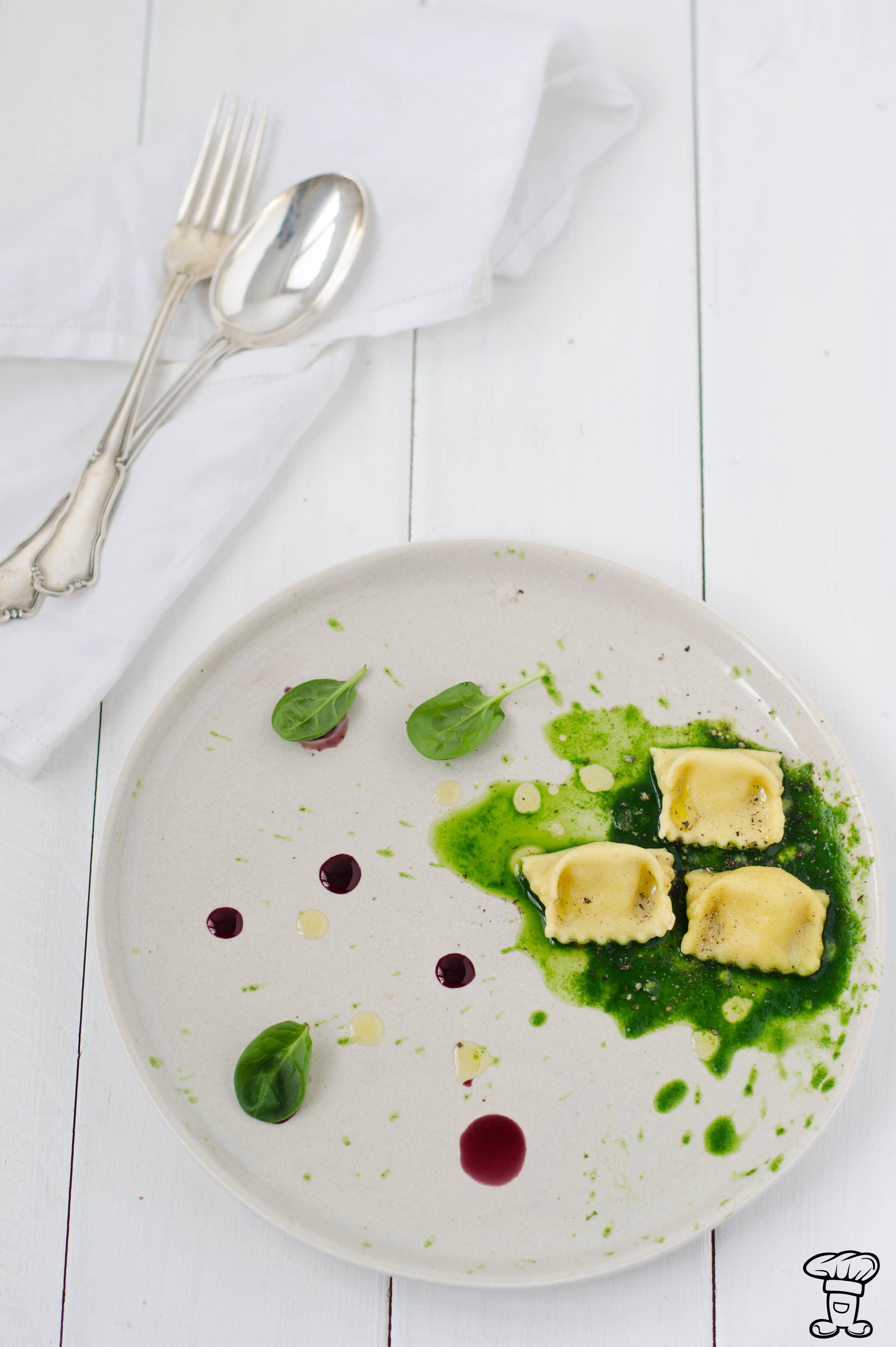 Ravioli_ricotta_nocemoscata_vaniglia Ravioli di ricotta di capra, noce moscata e riduzione di vino alla vaniglia.