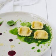 Ravioli di ricotta di capra, noce moscata e riduzione di vino alla vaniglia.