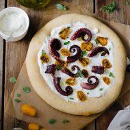 Pizza bianca con feta, pomodorini gialli e polpo