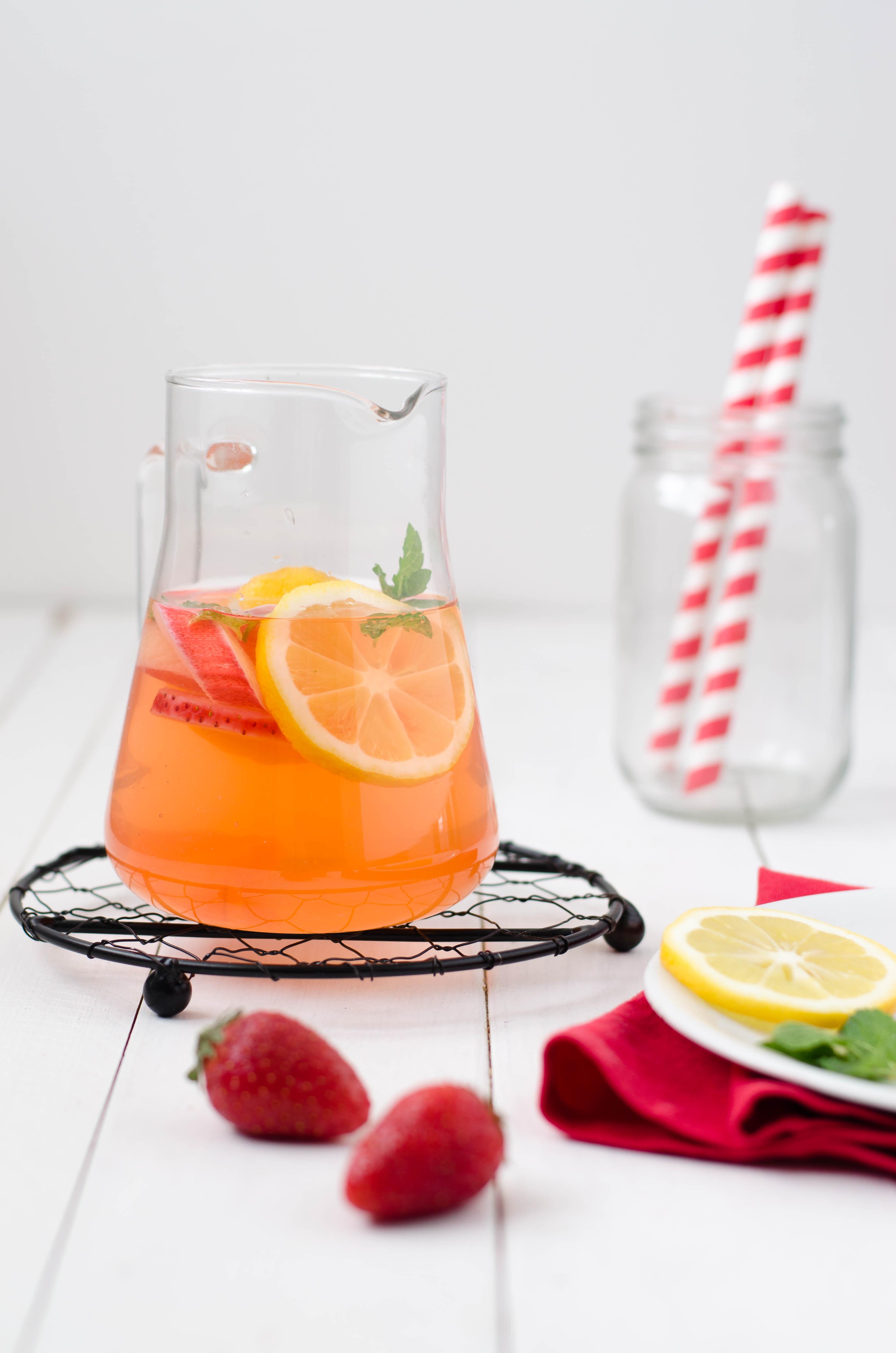 acqua_aromatizzata_rabarbaro Acqua aromatizzata al rabarbaro, fragole e zenzero