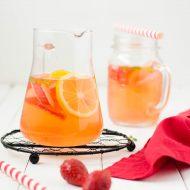 Acqua aromatizzata al rabarbaro, fragole e zenzero