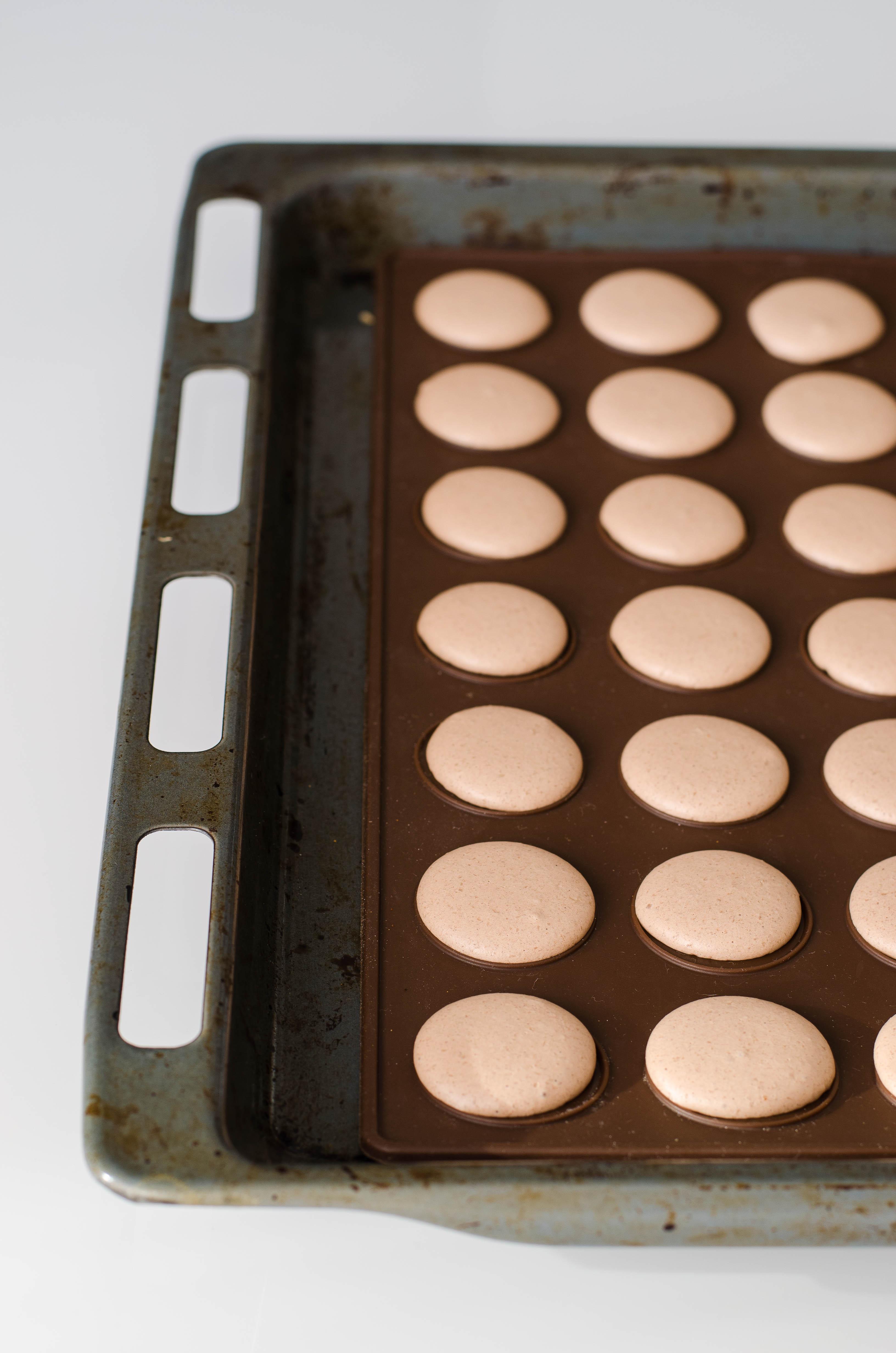 macharos_2col Macarons al cioccolato con barbabietola, lime, cocco, arancia