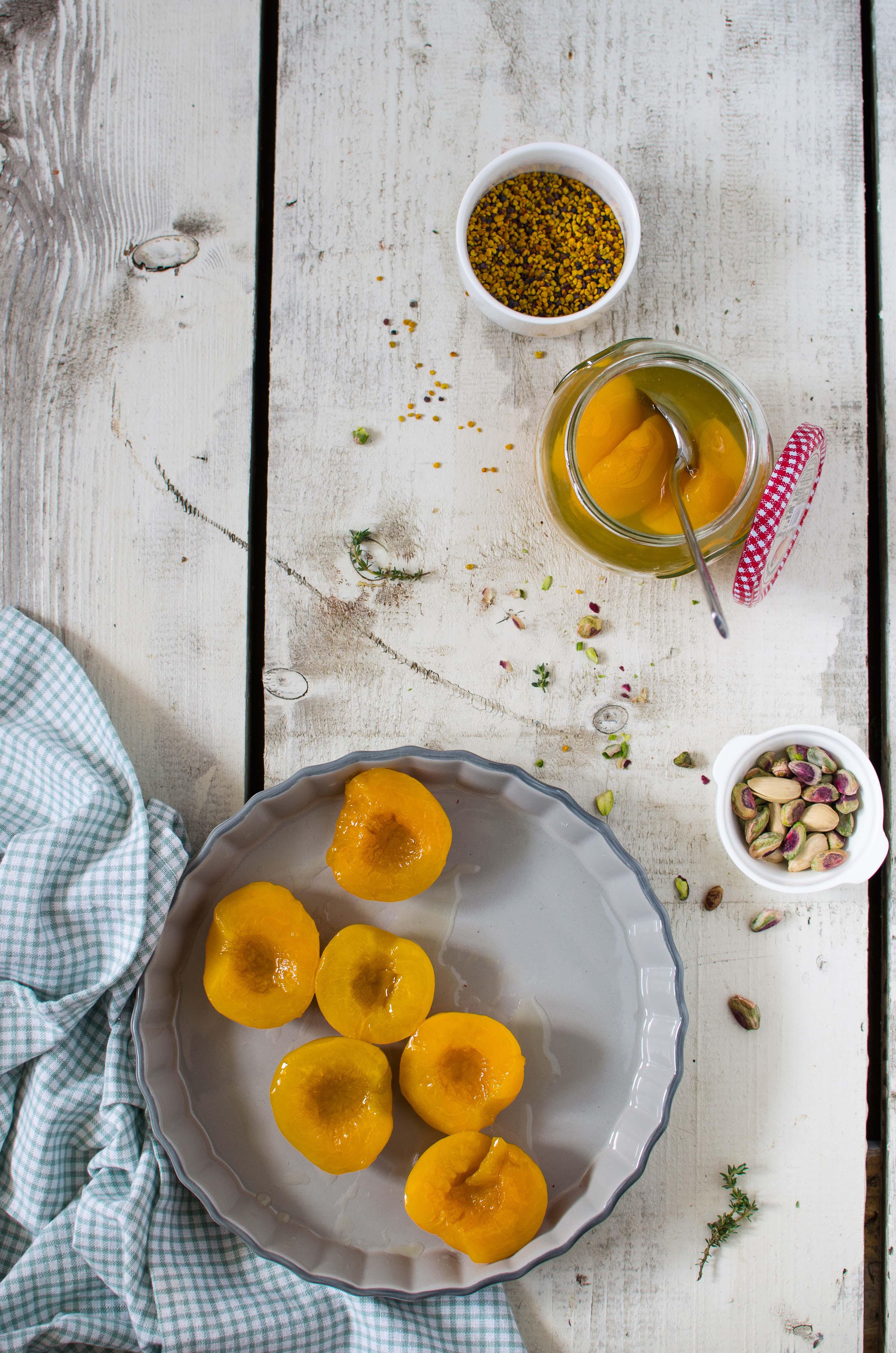 pesche_crumble Pesche, crumble di pistacchi, polline e timo