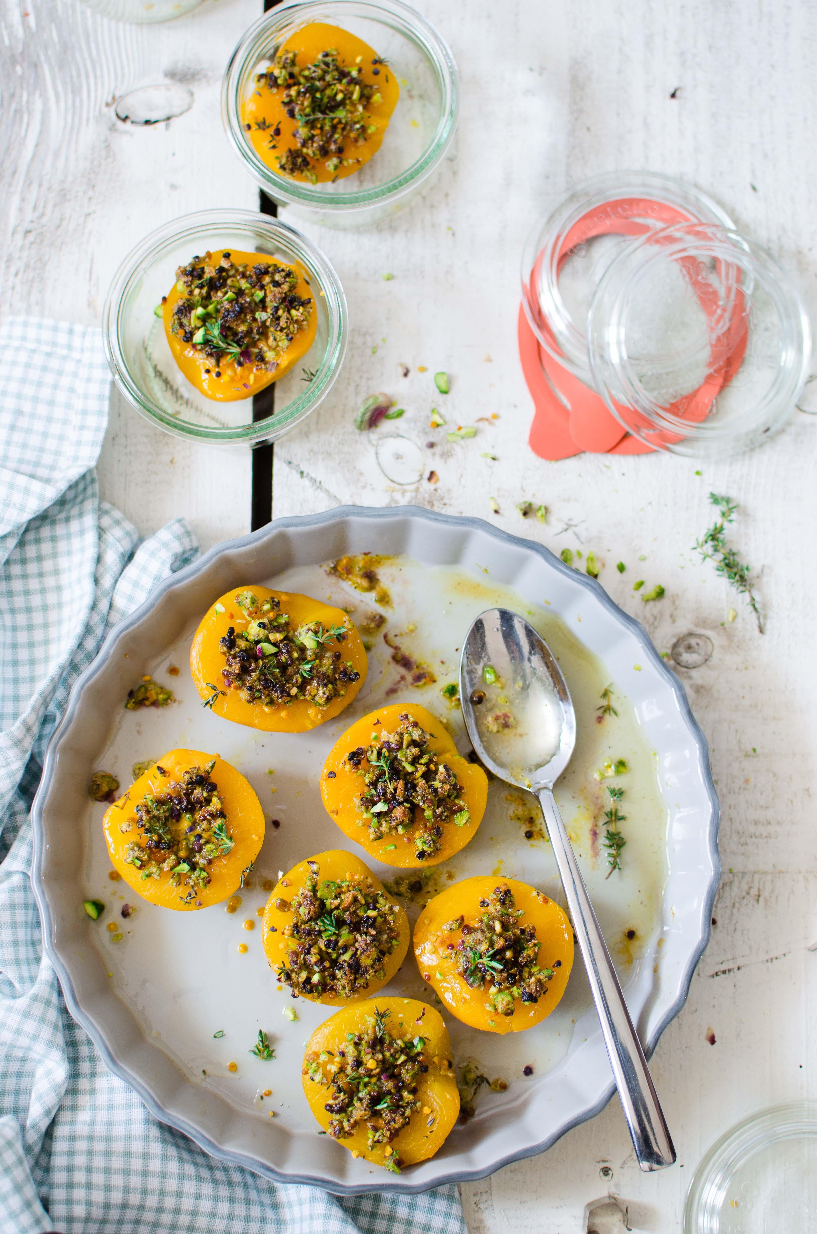 pesche_crumble2 Pesche, crumble di pistacchi, polline e timo