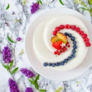 """Torta """"twist"""" con pesche, cocco e frutti di bosco"""