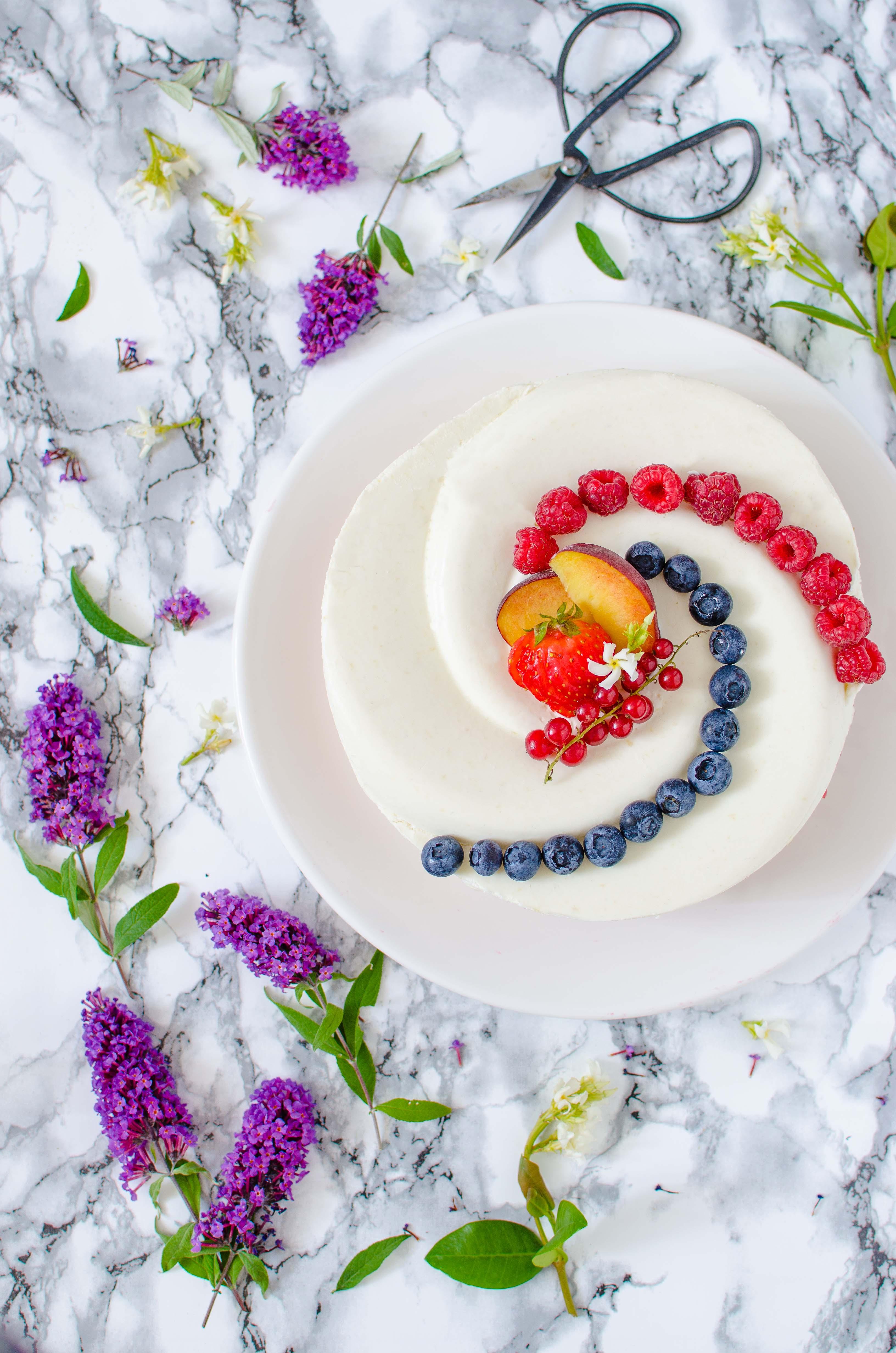 """torta_pesche_cocco Torta """"twist"""" con pesche, cocco e frutti di bosco"""