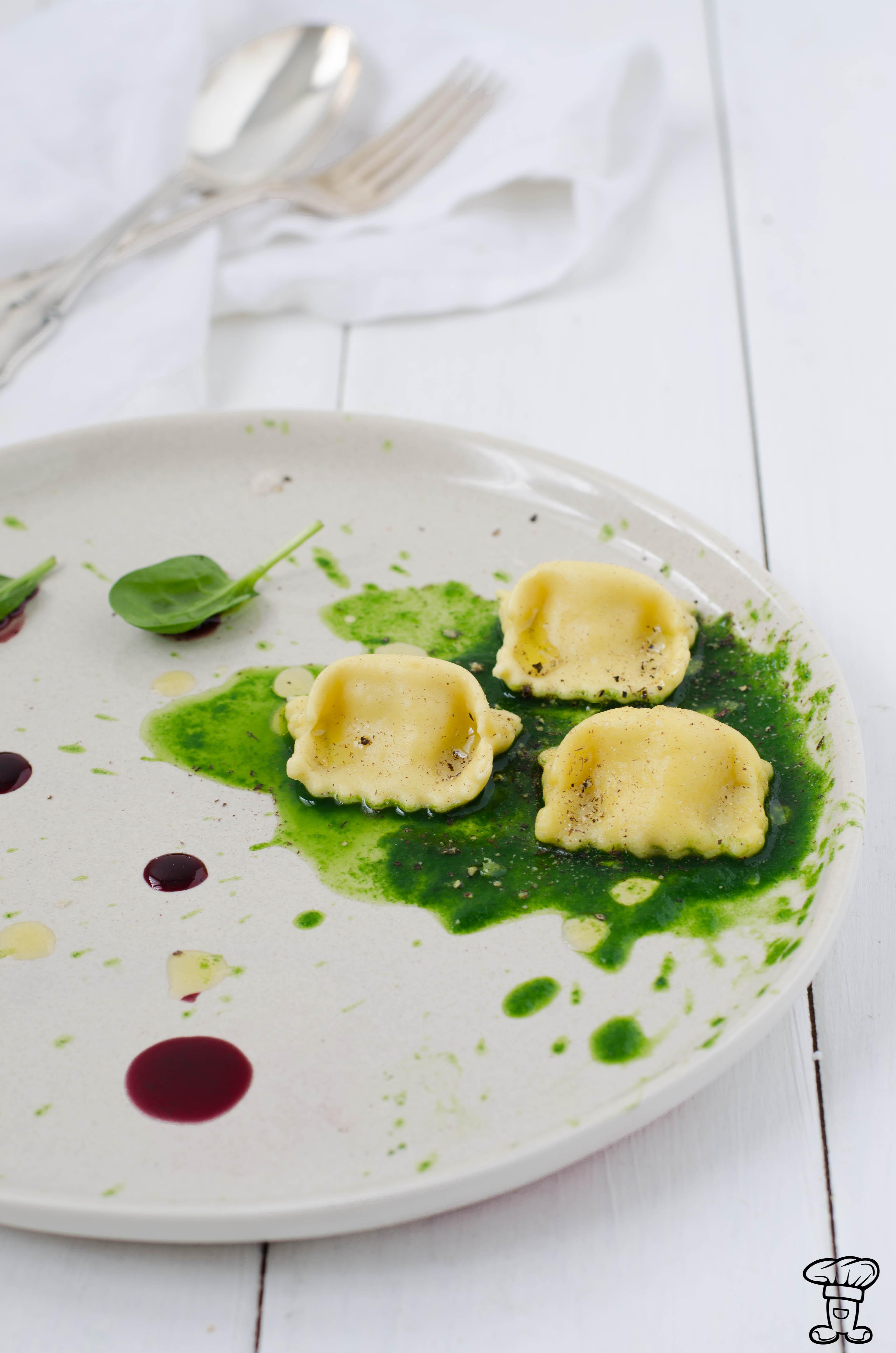 Ravioli_ricotta_nocemoscata_vaniglia1 Ravioli di ricotta di capra, noce moscata e riduzione di vino alla vaniglia.