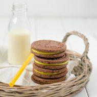 Biscotti al cacao e pepe ripieni di lemon curd alla curcuma