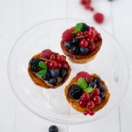 Tartelettes di pasta choux, cioccolato e frutti di bosco