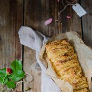 Pull apart bread con marmellata di rabarbaro, rose e pepe del Bengala