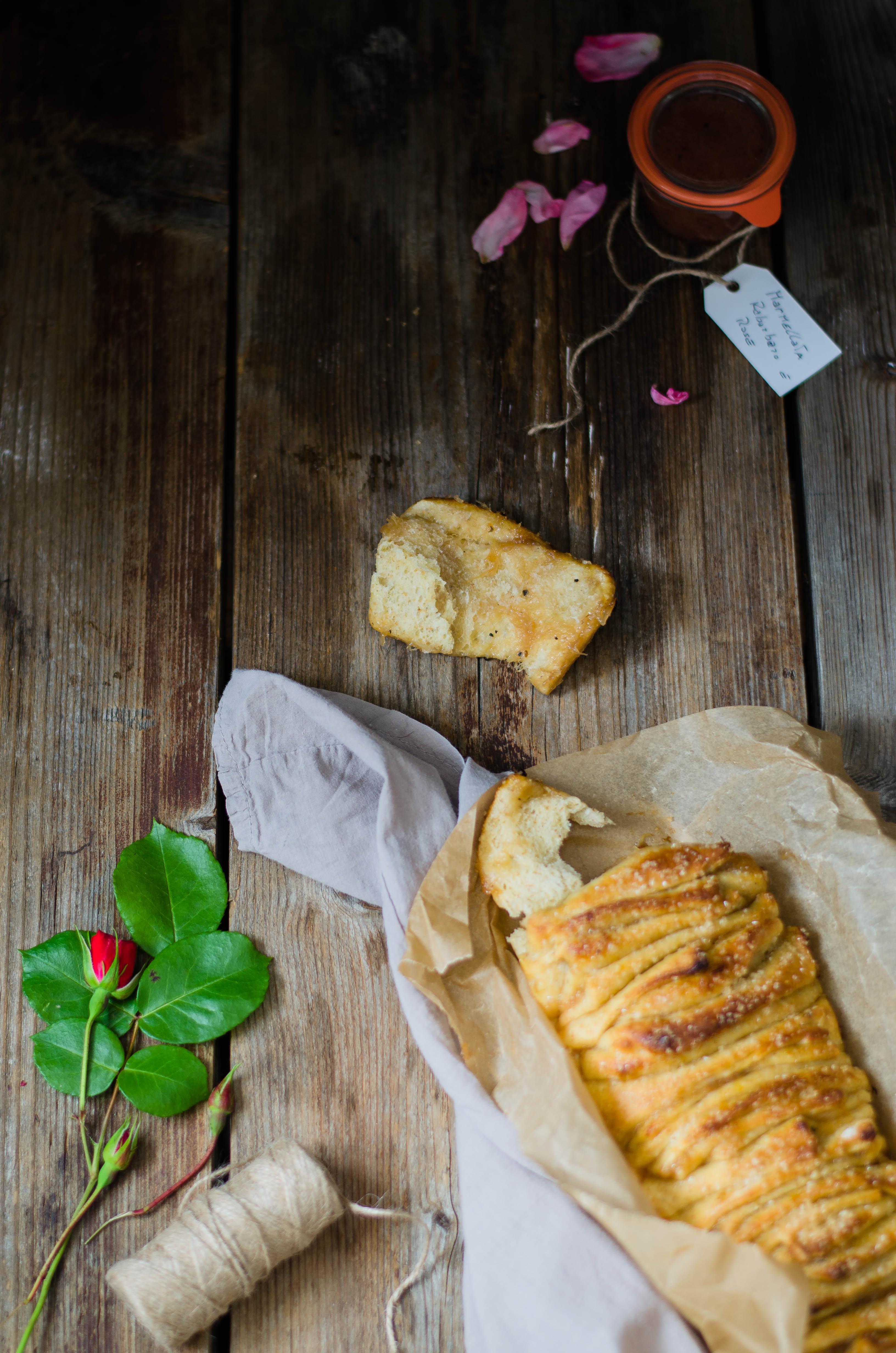 Pullapart_rabarbaro_rose2 Pull apart bread con marmellata di rabarbaro, rose e pepe del Bengala