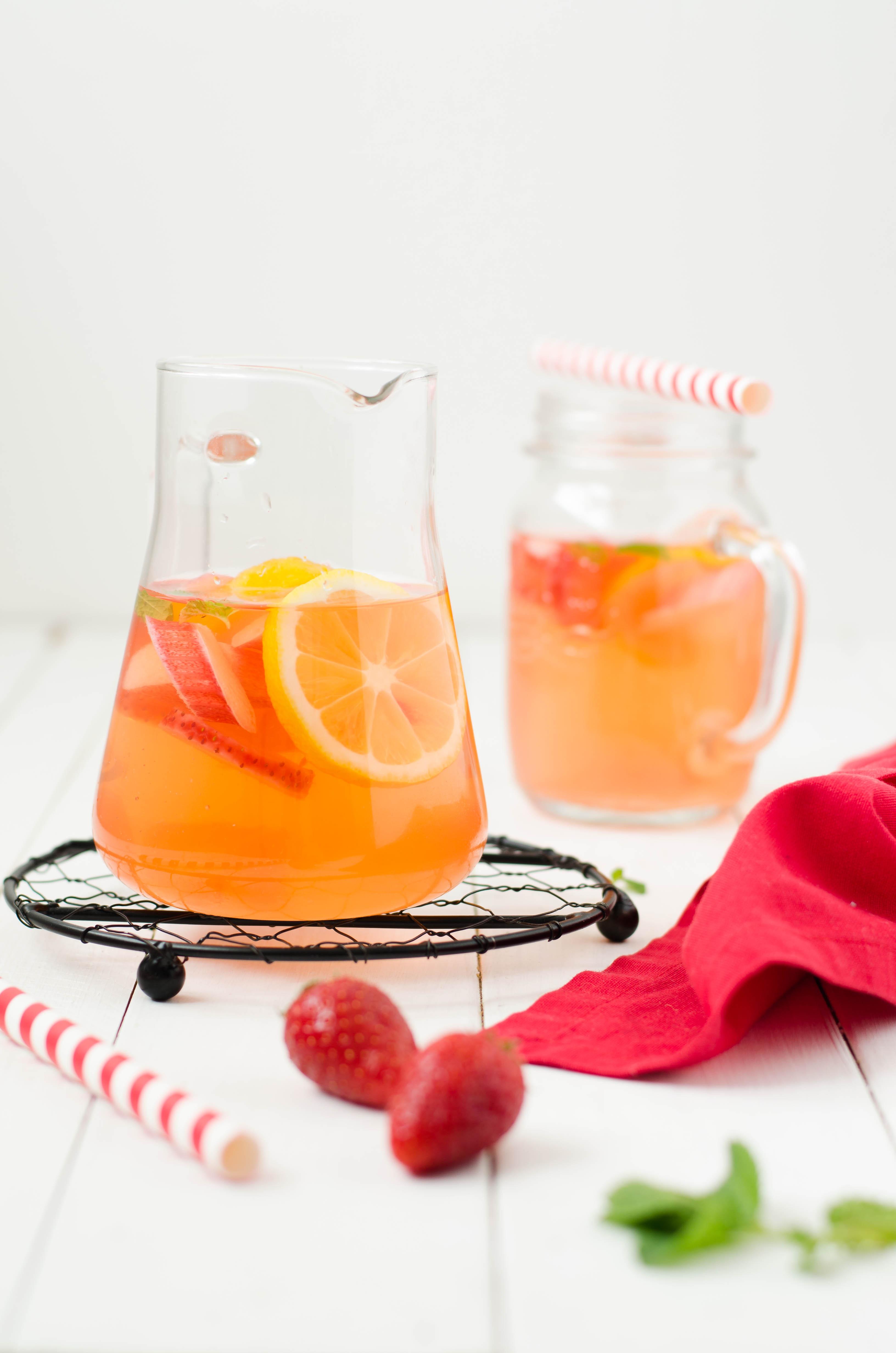 acqua_aromatizzata_rabarbaro1 Acqua aromatizzata al rabarbaro, fragole e zenzero