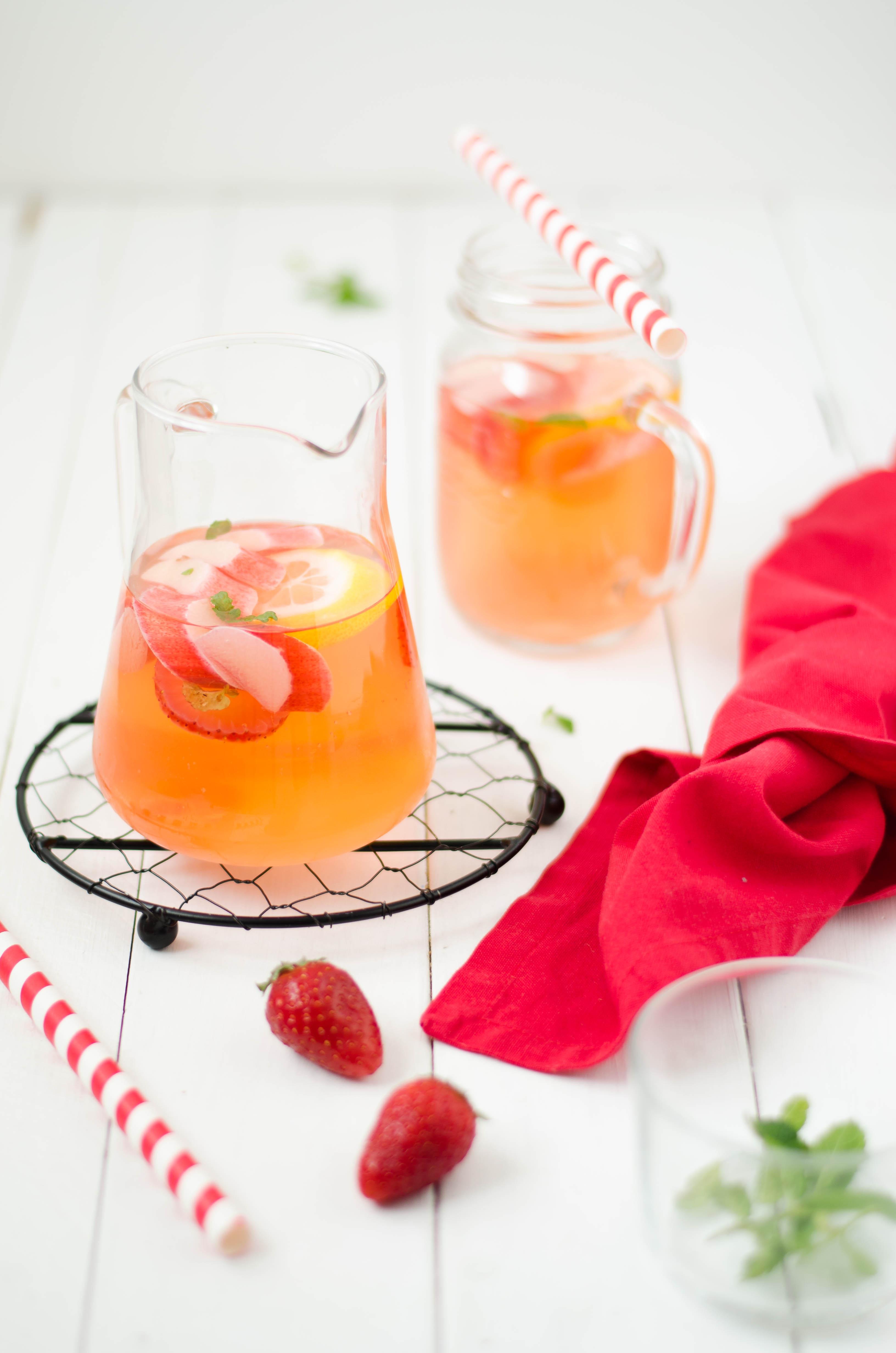 acqua_aromatizzata_rabarbaro2 Acqua aromatizzata al rabarbaro, fragole e zenzero
