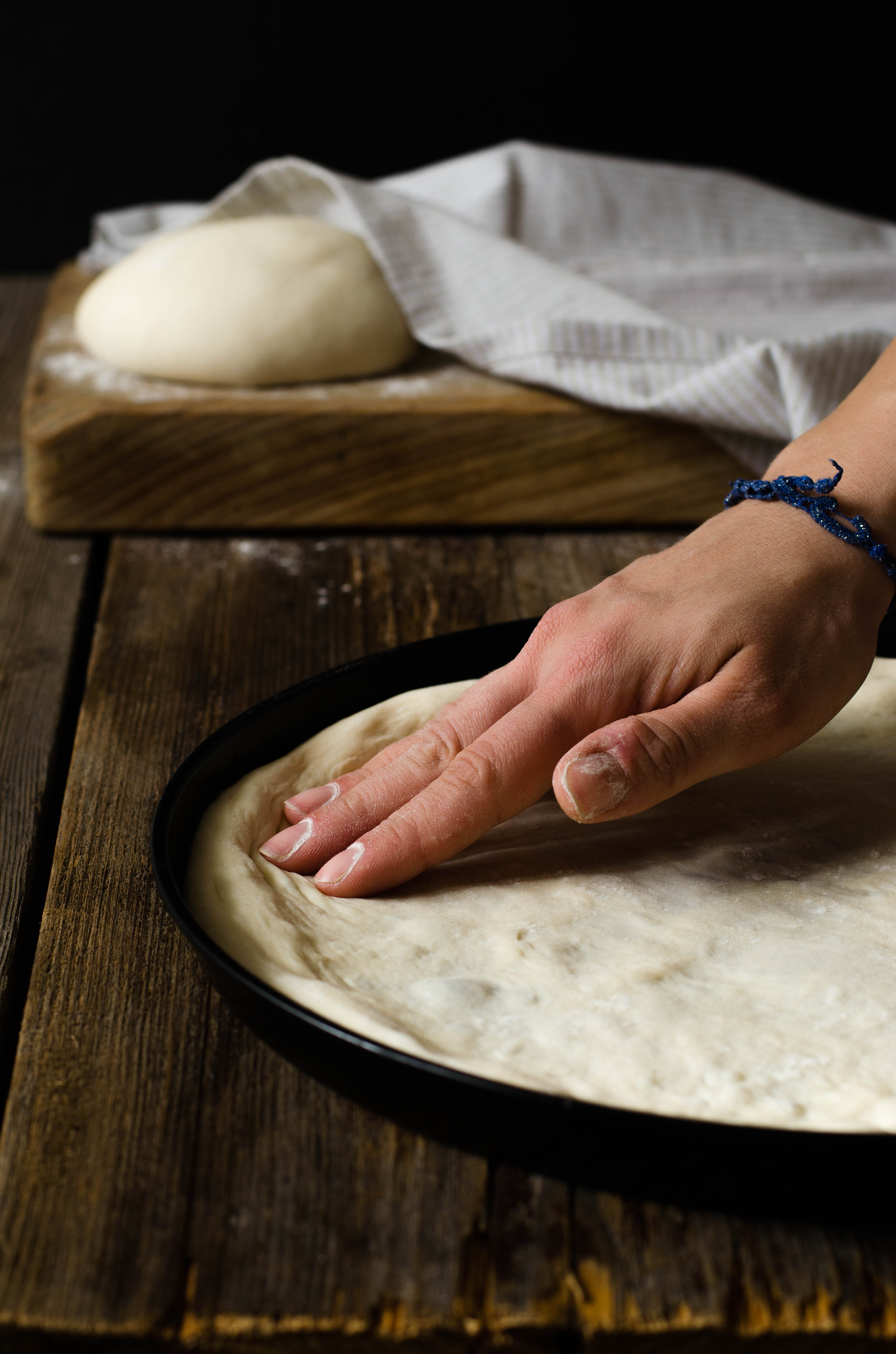 pizza_bianca_impasto Pizza bianca con feta, pomodorini gialli e polpo