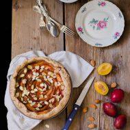 Torta di prugne con crema aromatizzata al miele di fico d'india