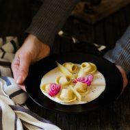Ravioli con barbabietole, merluzzo e crema di noci