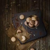 Macarons al cioccolato con barbabietola, lime, cocco, arancia