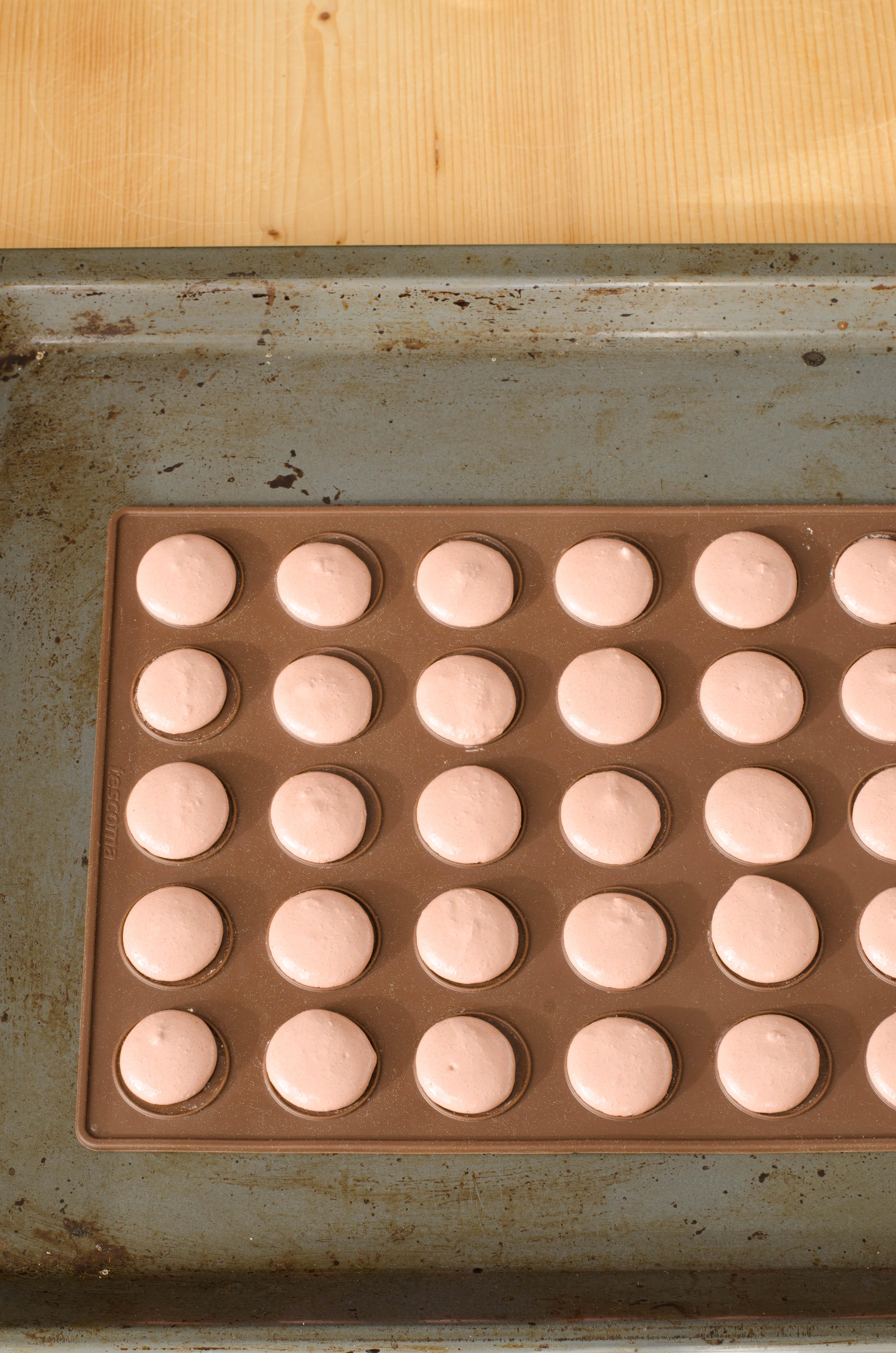 pochage Macarons al cioccolato con barbabietola, lime, cocco, arancia