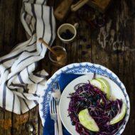 Insalata croccante di cavolo viola, mele e miele di castagno