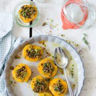 Pesche, crumble di pistacchi, polline e timo