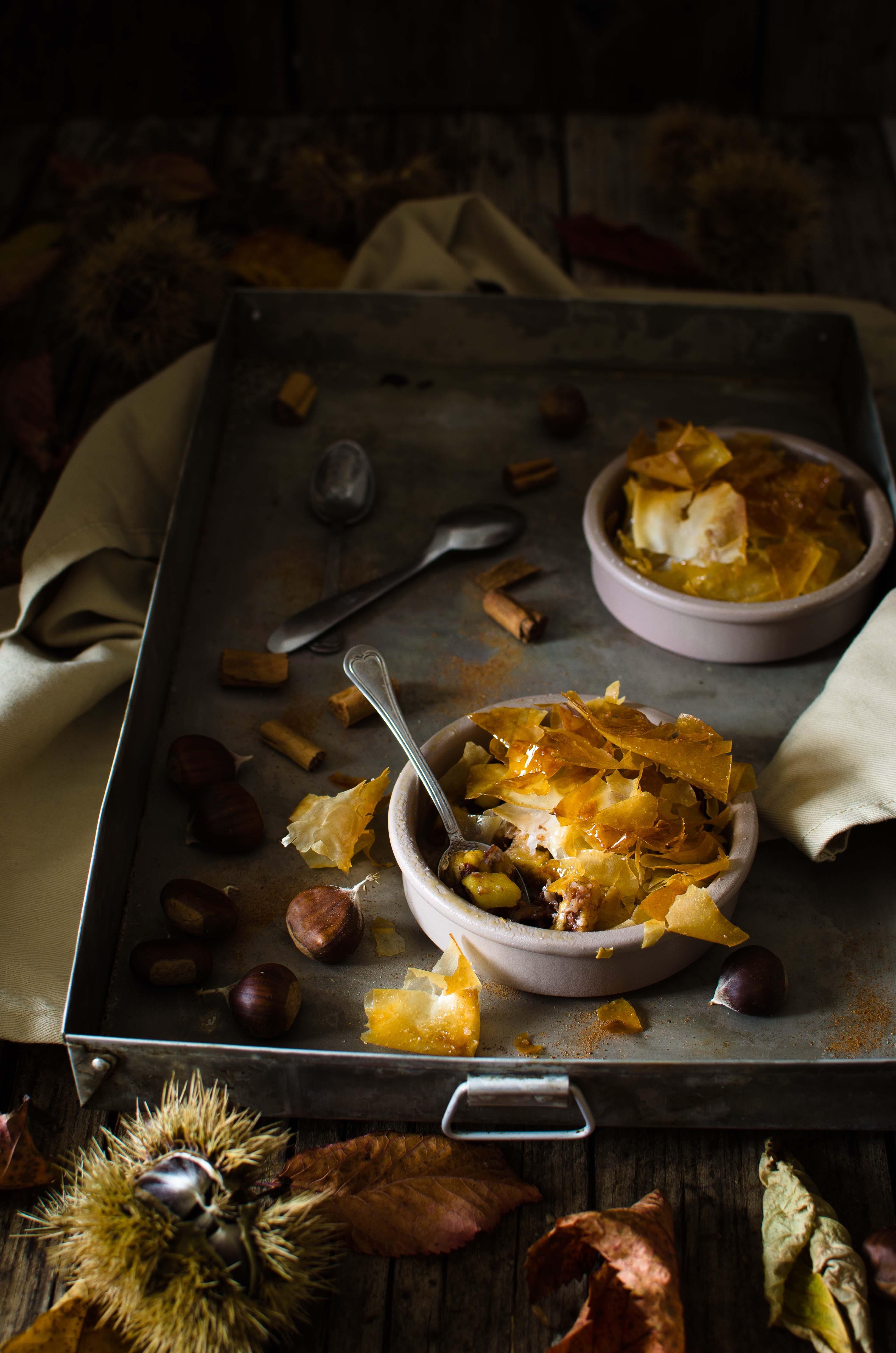 crumble-mele-cannella Crumble di pasta fillo con mele, castagne e cioccolato