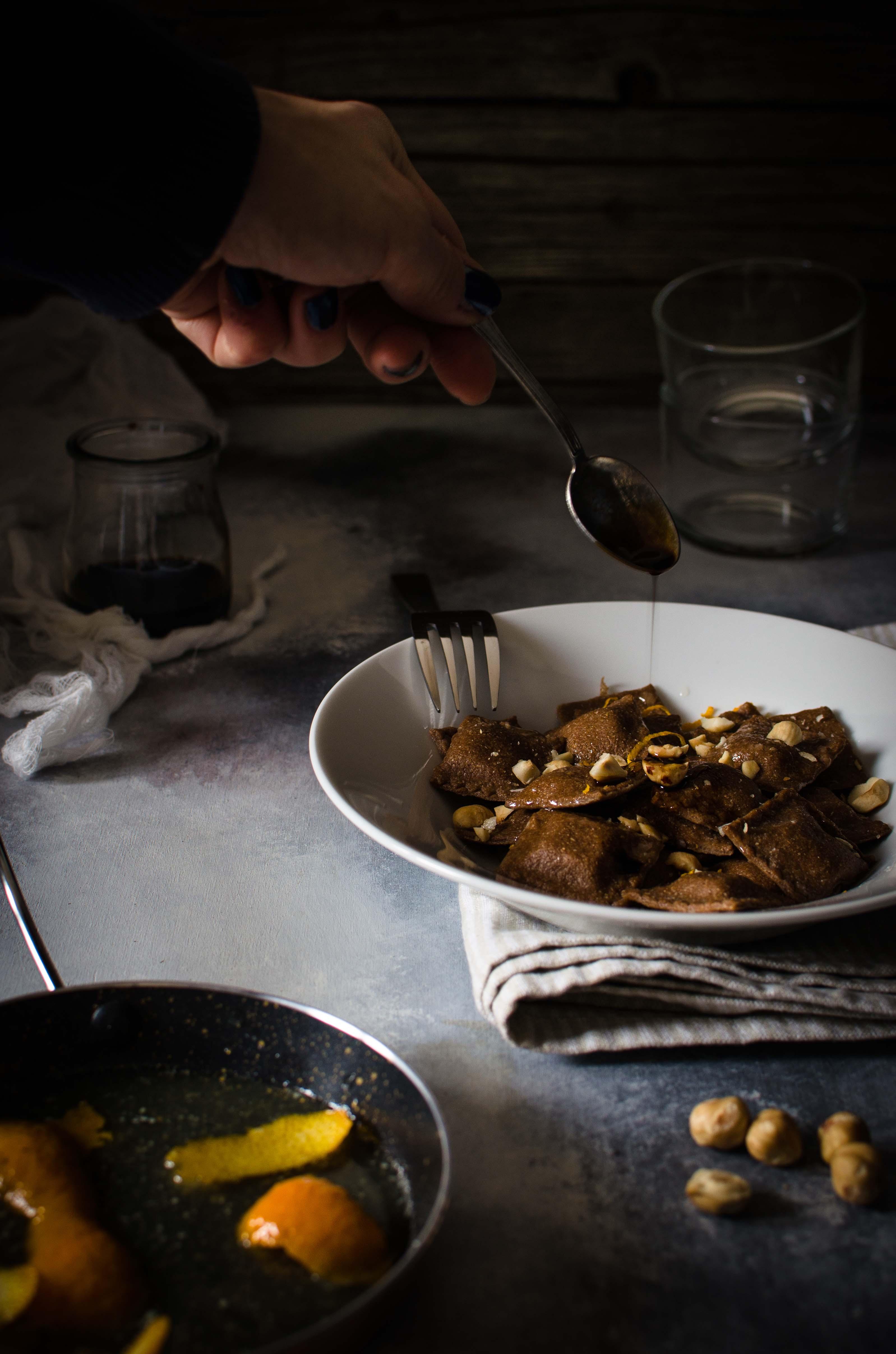 ravioli-arancia-nocciole Ravioli al cacao, ricotta di capra, miele e nocciole