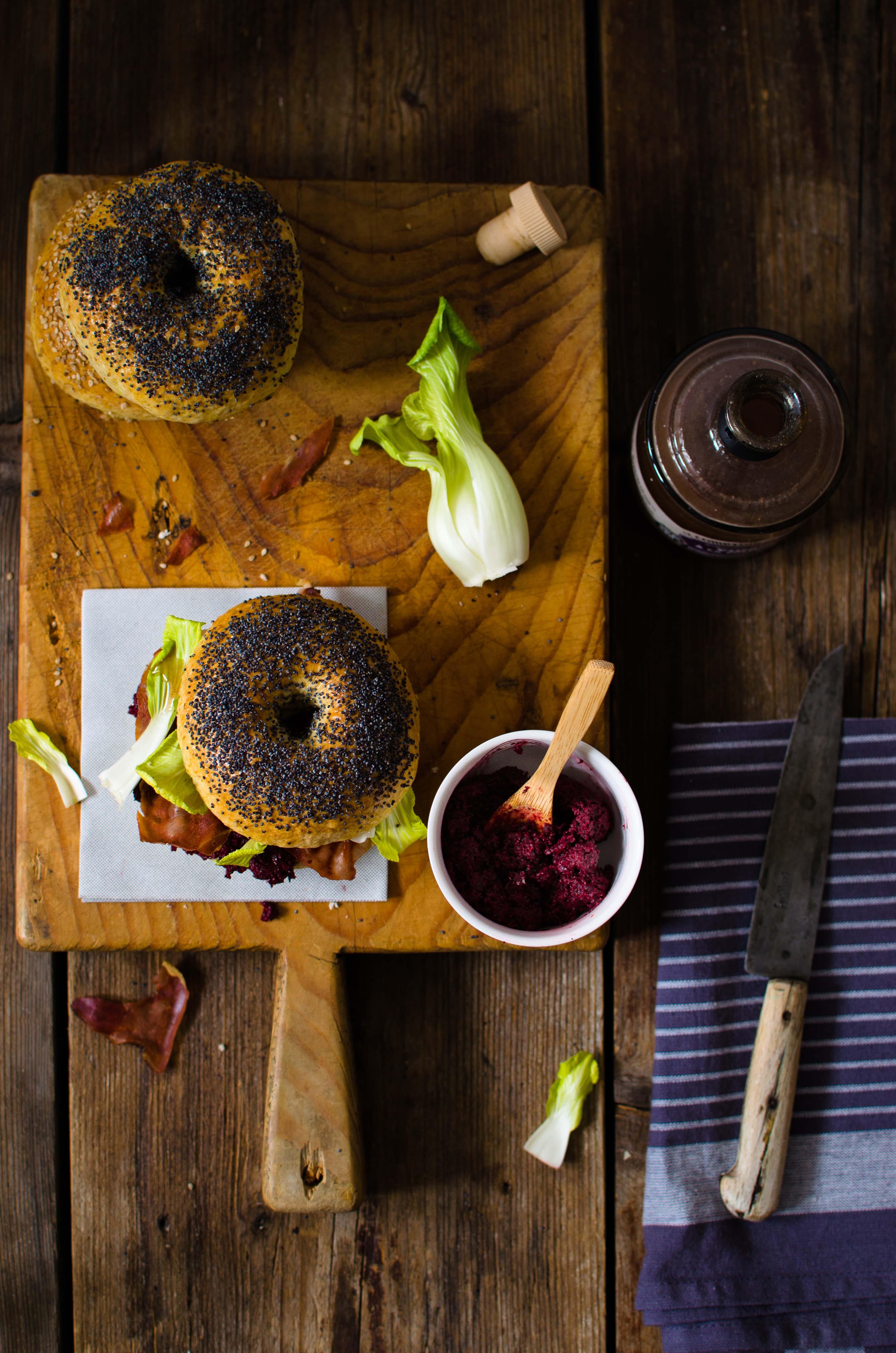 Bagels-speck-croccante Bagels con speck croccante, ketchup di barbabietola e bok choy