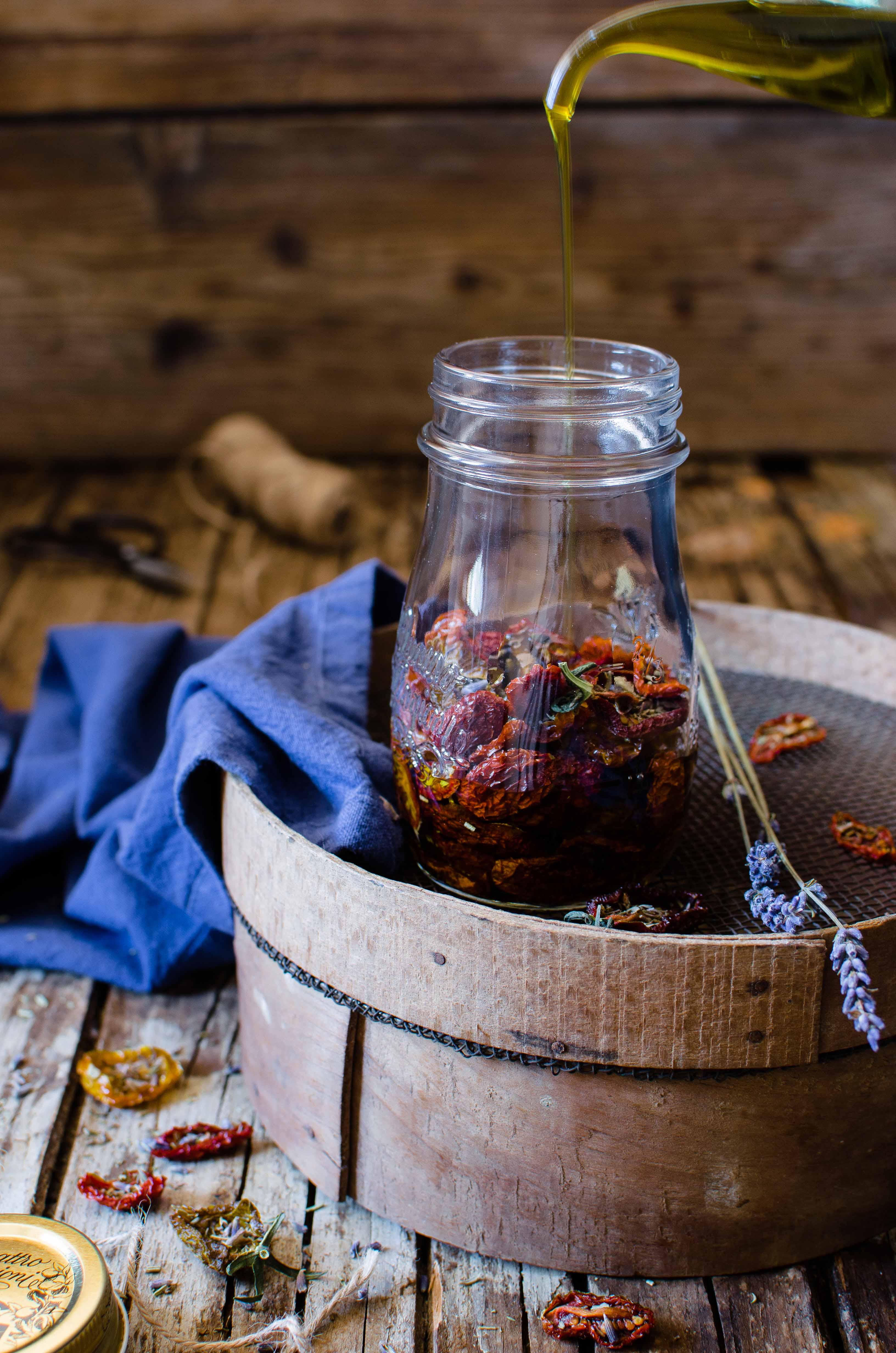 Pomodorini-confit-lavanda-olio Pomodori confit alle erbe provenzali