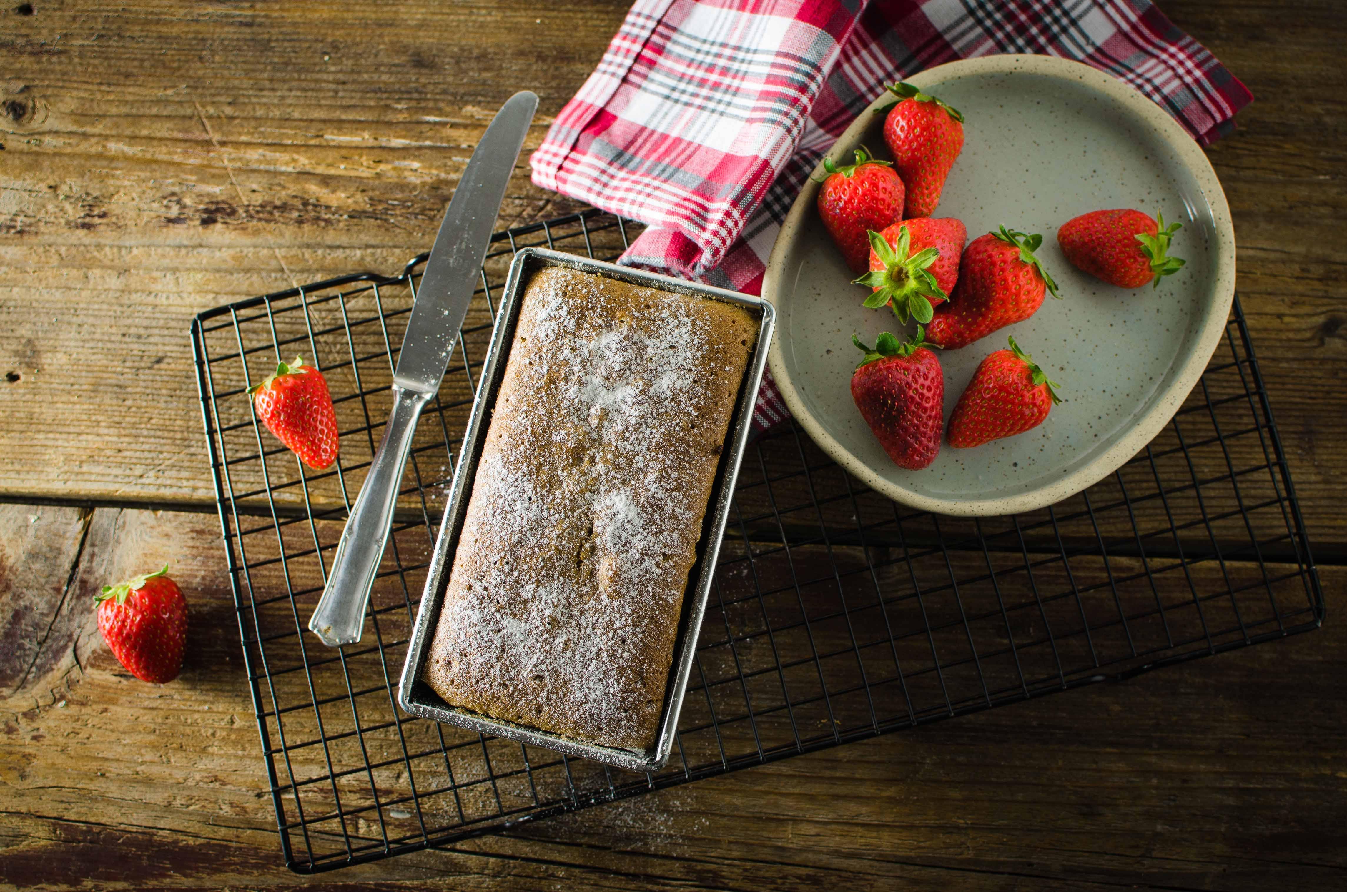 plum-cake-fragole Plum cake alle fragole e farina di riso nero
