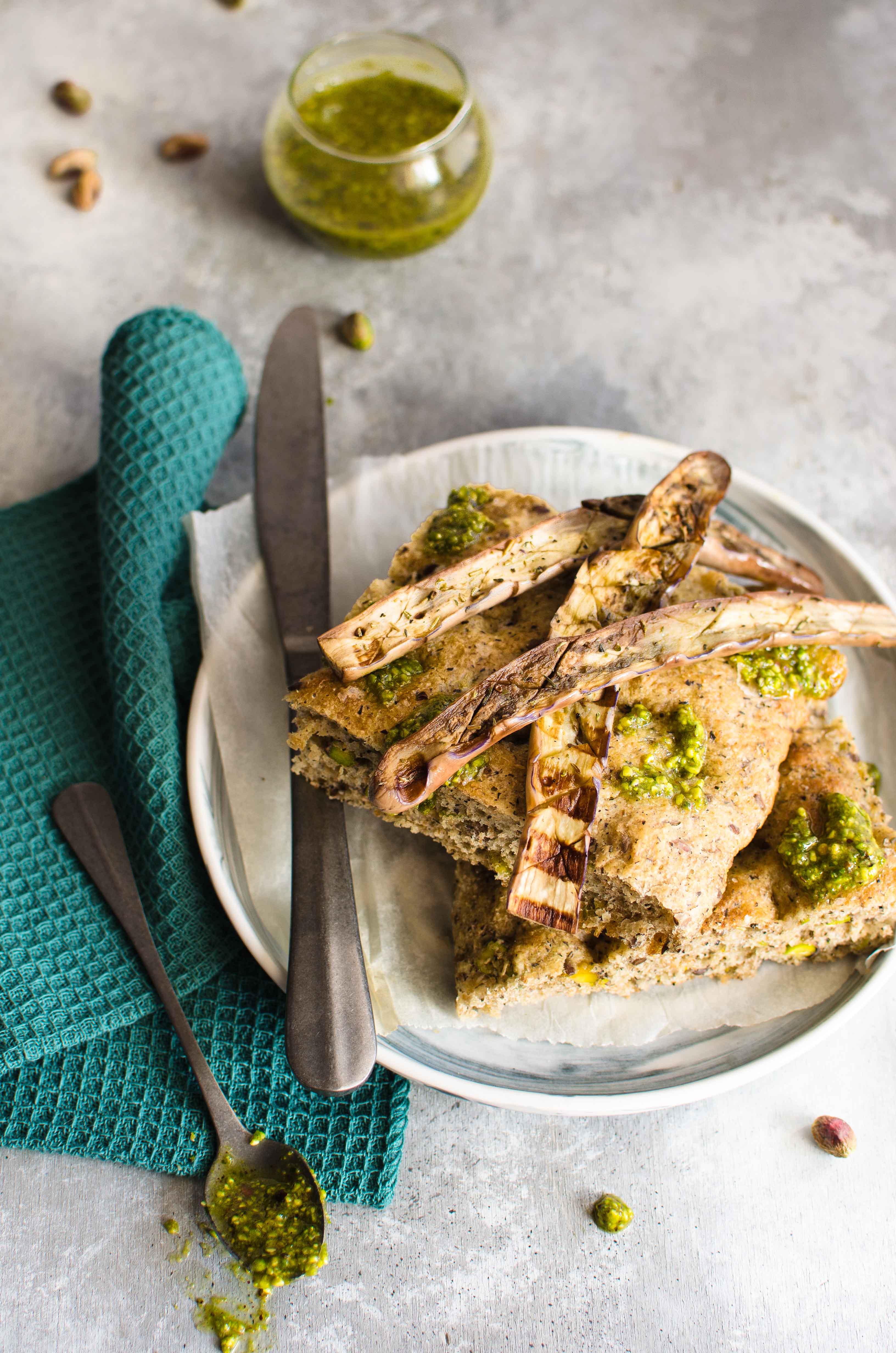 focaccia-pesto-pistacchi Focaccia con pistacchi e melanzane perlina